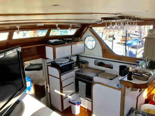 Chris Craft Conqueror Family Cruiser image 19